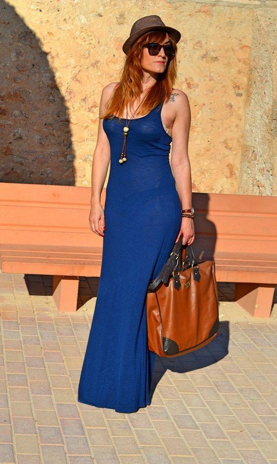 Eliza Diaz con un vestido azul marino largo y complementos en tonos tierra