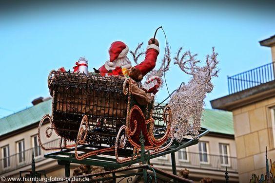 Fliegender Weihnachtsmann im Schlitten über den Dächern von Hamburg ... http://www.sehenswuerdigkeiten-in.hamburg
