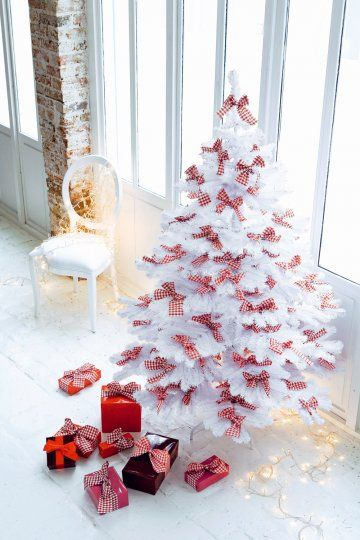 Des n uds en vichy rouge arbres arbres de no l blancs for Decoration sapin de noel rouge et blanc