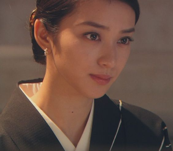 「黒革の手帖」でイヤリングをつけた武井咲