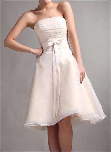 Knielanges Brautkleid mit Raffung und Schleife