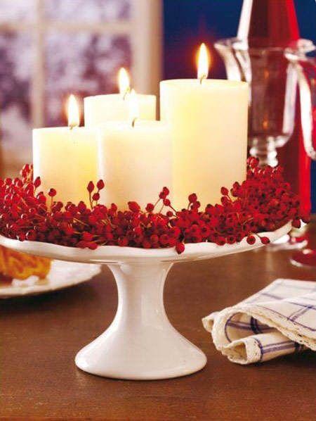 Idea deco: utilizar la repisa de pasteles y cakes para crear un centro de mesa con velas y frutos rojos. Nos encanta el contraste blanco y rojo #ideas #decoracion #Navidad