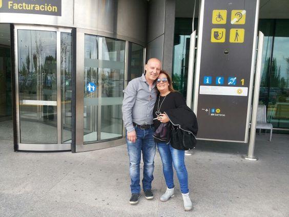 En el aeropuerto esperando a salir de vacaciones. http://gloriaymauribc.com