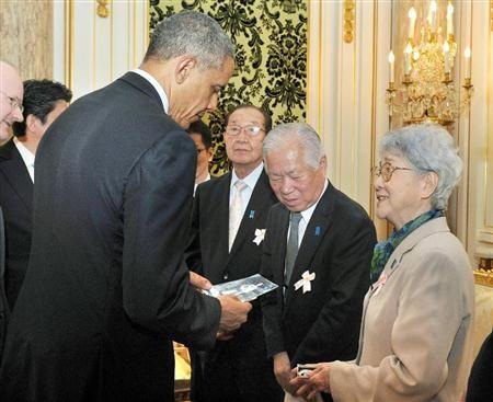 オバマ米大統領(左)と面会する横田滋さんと早紀江さん夫妻ら=24日午後、東京・元赤坂の迎賓館(内閣広報室提供)(産経新聞)