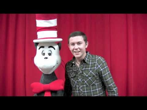 Scotty McCreery singing to cat in the Hat