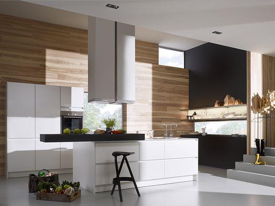 SieMatic Küche weiß mit schwarzem Barboard und Holzrückwand