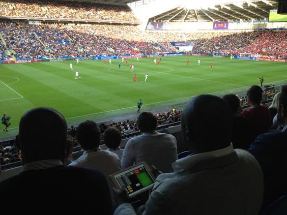 Sol Campbell & Les Ferdinand using Coda for match analysis task on @FAWCoachEd Pro Licence @UEFA Super Cup