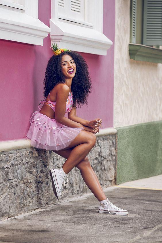 Agora que já falta menos de um mês para o Carnaval e todo mundo já está entrando no clima da folia, muitas maquiagens, muitos DIY, muitas ofertas de glitter e confete surgindo por aí, resolvi trazer mais um post sobre o tema. Mas agora, além de algumas ideias de fantasias, resolvi trazer algumas dicas para você tirar o melhor proveito dessa festa de rua. #FantasiaDeCarnaval #LookDeCarnaval #Carnaval2019 #Carnaval