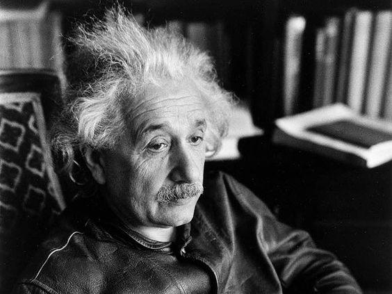 椅子に座ってぼーっとした表情のアルベルト・アインシュタインの壁紙・画像