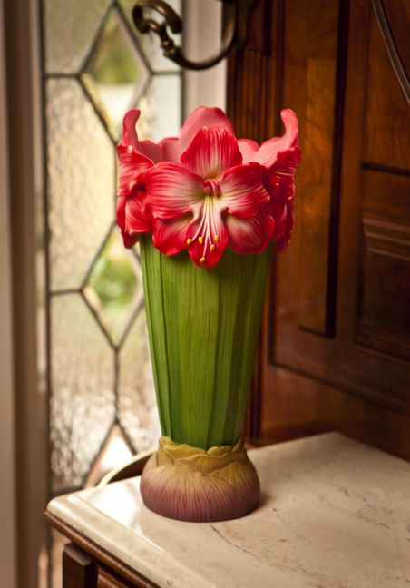 Amaryllis - would be gorgeous done in gumpaste flowers around a cake