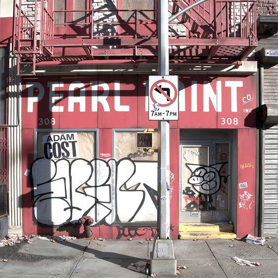 Randy-Hage-Klonblog9 Randy fertigt von seinen Aufnahmen kleine Miniaturnachbildungen an – mit wirklich noch so kleinen Details wie Graffiti, vollgestopften Mülleimern, schmutzigen Markisen oder dem verrosteten CocaCola-Schild. Mittlerweile ist seine Sammlung so etwas wie ein heiliges Archiv der Stadt und seine Arbeit ein dokumentarisches Projekt. Schließlich gibt es über die Hälfte der Läden nicht mehr.