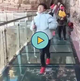 o homem se assusta com o vidro rachando
