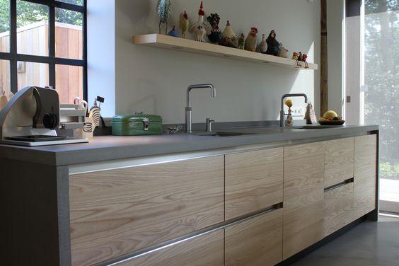 Jp walker houten keuken op maat gemaakt greeploos van essenhout met werkblad van beton keuken - Redo keuken houten ...