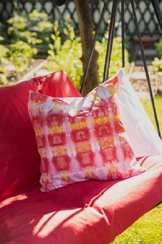 Ein schattiges Plätzchen im Garten, ein bequemes Kissen und schönes Buch sind die besten Voraussetzungen für einen faulen Sommertag. Farbenfroh gestalten lassen sich die Kissen mit einer – im wahrsten Sinne – coolen Färbe-Technik: dem Eisbatiken. Dazu braucht man einen Kissenbezug aus Baumwolle, viele Eiswürfel, die simplicol Textilfarbe expert und etwas Geduld. Das Kissen wird gefaltet, auf ein Gitter gelegt und mit Eiswürfeln belegt. Dann streut man die Textilfarbe auf. Nun lässt man...