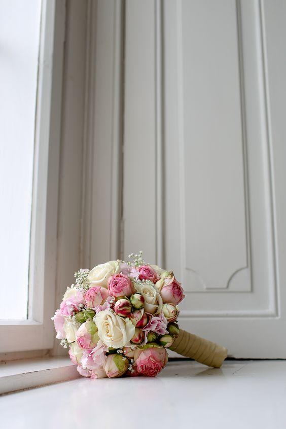 Klassischer Brautstrauß in Rosa und Weiß