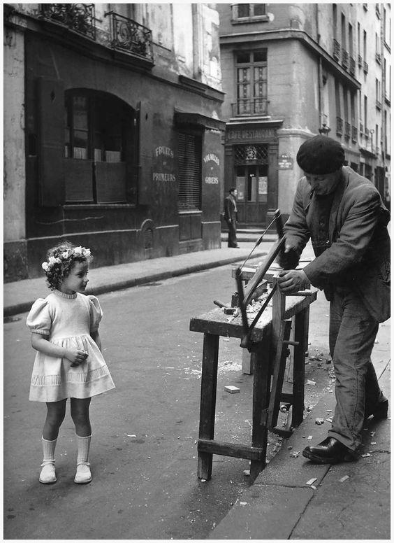 photo : Robert Doisneau - Le menuisier de la rue Saint Louis en l'Isle, Paris 1947 - on doit être un dimanche, pour que la petite fille porte une aussi jolie robe: