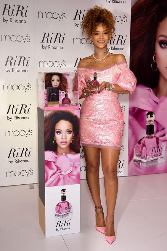 """A cantora no lançamento de seu perfume, """"RiRi by Rihanna"""" (Foto: Getty Images)"""