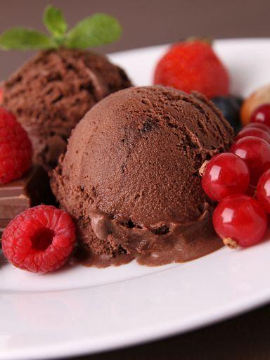 Sorbet Chocolat    -      ur 6 personnes) : - 40 cl d'eau de source - 60 g de cacao amer - 100 g de chocolat - 80 g de sucre en poudre - 10 cl crème liquide - 1/2 cuillère à café de vanille liquide  Préparation de la recette :  Râper le chocolat. Porter l'eau 3 min à frémissement avec le sucre en remuant hors du feu. Ajouter le chocolat, mélanger puis incorporer la crème liquide, le cacao et la vanille. Laisser refroidir.  Verser en sorbetière et turbiner 3-4 h.