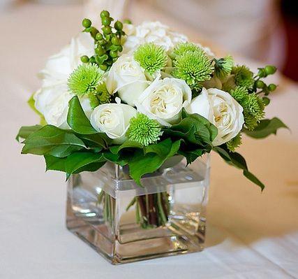 wei e rosen gr ne pflanzen eckige vase wedding ideas pinterest wedding flower and buttons