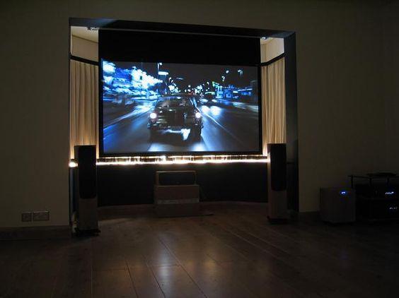 Avrei anche bisogno di una televisione a schermo piatto molto molto grande. Alla mia famiglia piace tanto vedere le partite di calcio, e vorrei fare delle grandi feste per eventi sportivi.