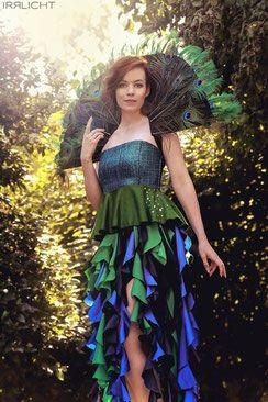 Foto: Irrlicht-Fotografie Model: Bella dela Rose Pfauenoutfit: Modewerkstatt Isabel Felicia