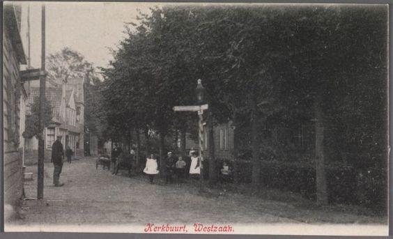 Westzaan Kerkbuurt Links het Watermolenpad, had nog maar een smalle ingang. Links woonde dokter Vis en daarvoor Christiaan Grootes, die voor de zaak de wereld afreisde. 1900