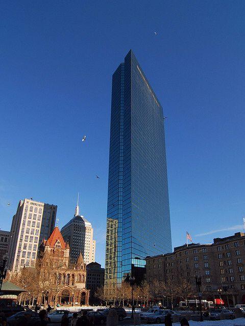 El John Hancock Building de Boston (EUA). Es un edificio de oficinas que cuenta con 241 metros de altura y 65 pisos. Fue abierto en 1977.