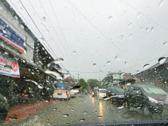 8/12(金)バリ島ウブドのお天気は曇り。室内温度26.9℃、湿度85%。昨日からずっと雨が降り続き、道は大洪水!お家は雨漏り(苦笑)やっと明るくなってきました。早く晴れて~!