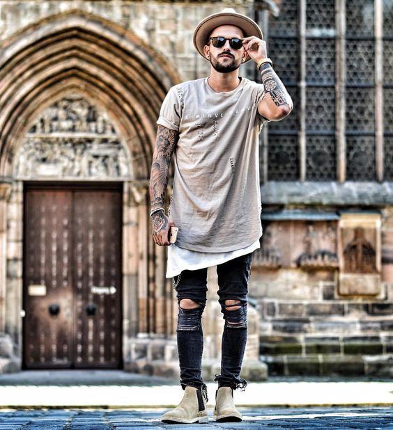 グレーのビックTシャツと黒いパンツ)