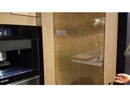 ARCLINEA SALONE DEL MOBILE - L'effetto cangiante dato dall'uso del tessuto Dune Oro ha portato in un ambiente familiare come la cucina un tocco di creatività e innovazione in un semplice pannello divisorio (More info: http://m.ttmrossi.it) #Design #Style #Events #InteriorDesign #IdeaDesign #idea #inspiration #TTMRossi #Metaldesign #Milan