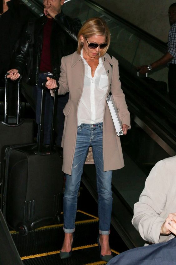 Kelly Ripa Photos - Kelly Ripa seen at LAX airport. - Kelly Ripa Arrives at LAX