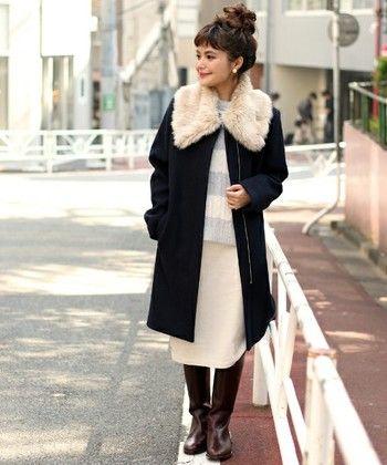 ファーティペットが可愛いコートスタイル。首元にボリュームがある分、ヘアはきゅっとまとめて。デートにぴったりのまさに王道コーデ♪