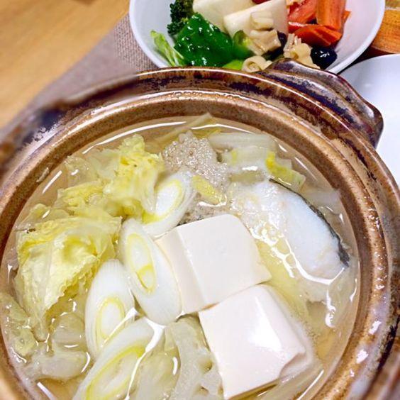 鱈と豆腐がメインの1人鍋〜(^O^)  2日前に作ったメイソンジャーサラダ(中華ドレ)を開封〜。サラダが1品あるとご飯作るのが本当に楽〜( ´͈ ᗨ `͈ )◞♡⃛ - 54件のもぐもぐ - 白い鍋とメイソンジャーサラダ(^O^) by morimi32