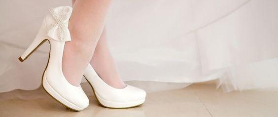 Schuhe sind der Traum einer jeden Frau und gehören auch am Hochzeitstag zum perfekten Outfit. Mit den neuen Sommer-Trends ist ein stilsicherer Auftritt garantiert. Von schlicht bis verspielt und extravagant ist der passende Schuh für jedes Brautkleid dabei. Neben den Klassikern in Weiß verzaubern Modelle in Pastell- oder Metallictönen. Mutige Bräute entscheiden sich für kräftige Farben und glamouröse Details.