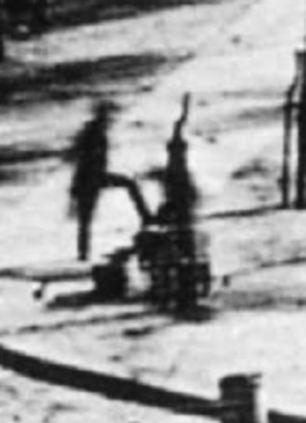 Esse recorte da fotografia que Daguerre produziu no Boulevard du Temple, em Paris, em um daguerreótipo de 1838, mostra os primeiros seres humanos já fotografados.
