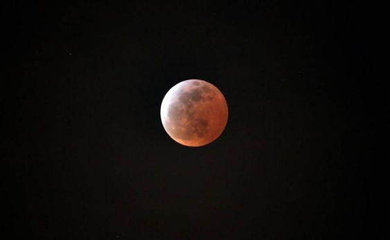 Superlua com eclipse lunar enfeita o céu de domingo; envie foto com a hashtag #folhadespaulo http://uol.com/byf9Bv