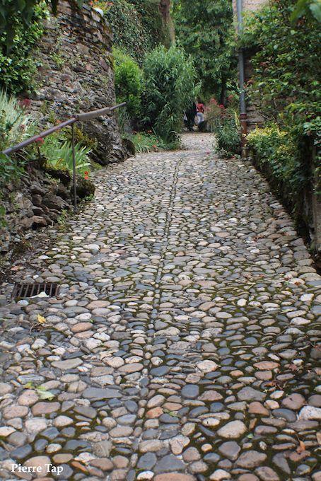 Belcastel (Aveyron, France) Bien sûr les caladas peuvent monter durs comme ici . Mais ils sont beaux à voir ..