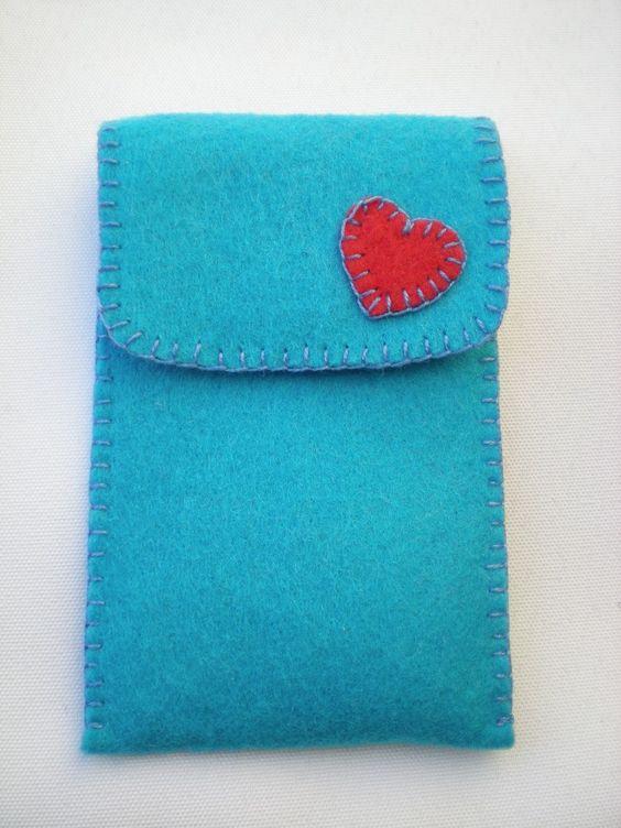 Funda de fieltro azul con corazón rosa (trasera)