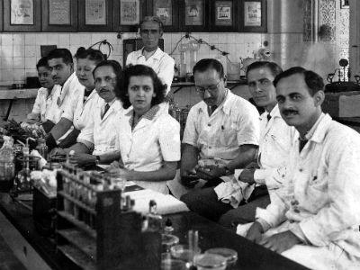 aulas eram realizadas nos laboratórios, então localizados no Castelo Mourisco, que hoje abriga as unidades administrativas do IOC. Foto de 1950.  Instituto Oswaldo Cruz
