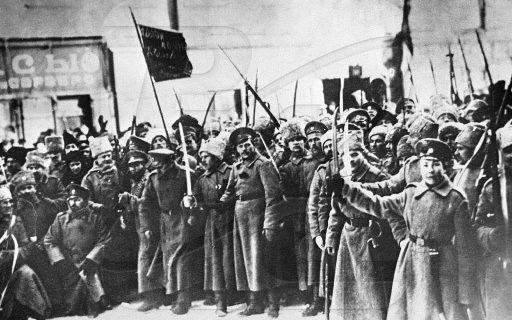 Tijdens de Russische burgeroorlog vochten het rode leger(de bolsjewistische partij) tegen het witte leger(de geallieerden anti-bolsjewistische troepen).