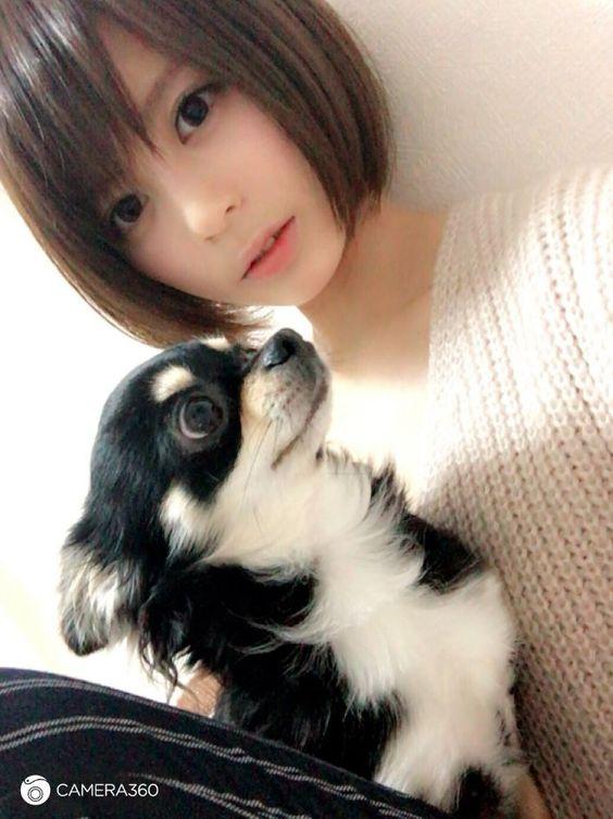 犬を抱っこしている吉崎綾