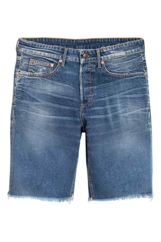 Denim shorts Boyfriend low: Pantalón corto de cinco bolsillos en denim lavado con detalles maxidesgastados. Talle bajo, cierre de botón y bajos deshilachados.