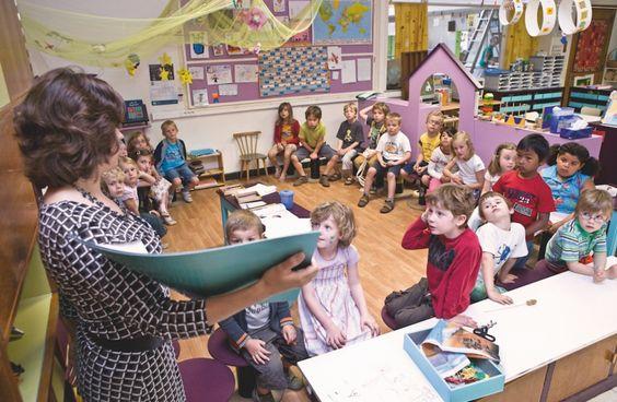 Jonge kinderen ontdekken volop de wereld rondom hen. Een kleuterklas biedt hen alle kansen: in de bouwhoek, aan de vertel-tafel, met de ontdekkoffer of in de winkelhoek... Als leraar kleuteronderwijs zal jijdie kinderen in hun leerproces begeleiden.