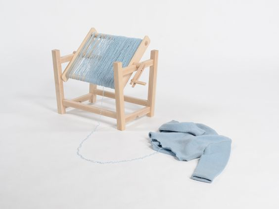 Rollin Rollin Stool   Diseño: Hiromi Manabe  Silla que usa la lana de un suéter que ya no usamos para comenzar una nueva historia, darle un nuevo uso. Destejiendo el suéter y enrollar la lana en un carrete, se convierte en un asiento suave y cómodo. Siempre podemos mantener vivo el recuerdo de ese suéter que una vez fue tu preferido