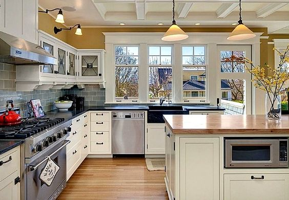 Elegant look gray subway tile, warm wood island, white cabinetry - farben für küchenwände