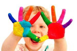 A criança nunca sabe o que é um martelo, até confundir o dedo com um prego.