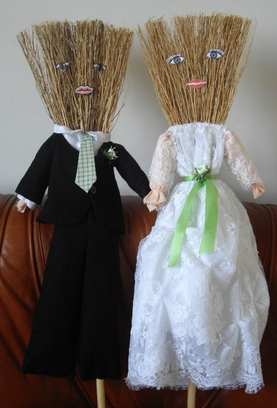 Deux balais achet s au moment du carnaval ont garni la for Decoration 2cv mariage