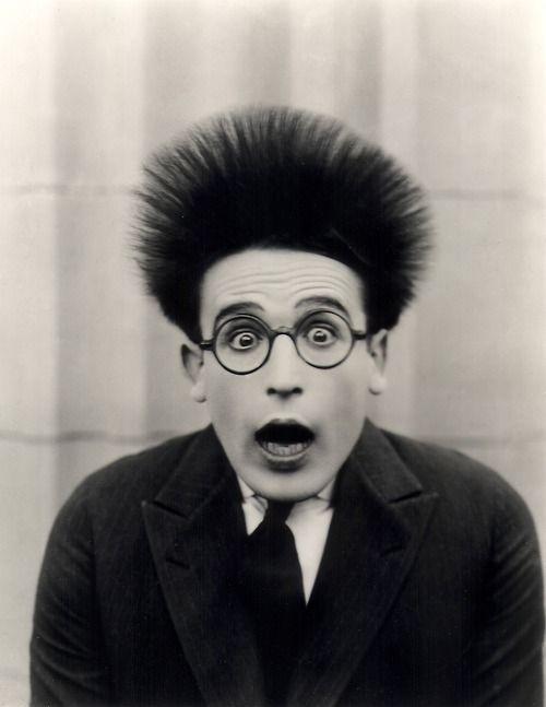 Espanto: s.m. Surpresa causada por algo de singular, de inesperado. Susto, assombro, pasmo. Harold Lloyd.