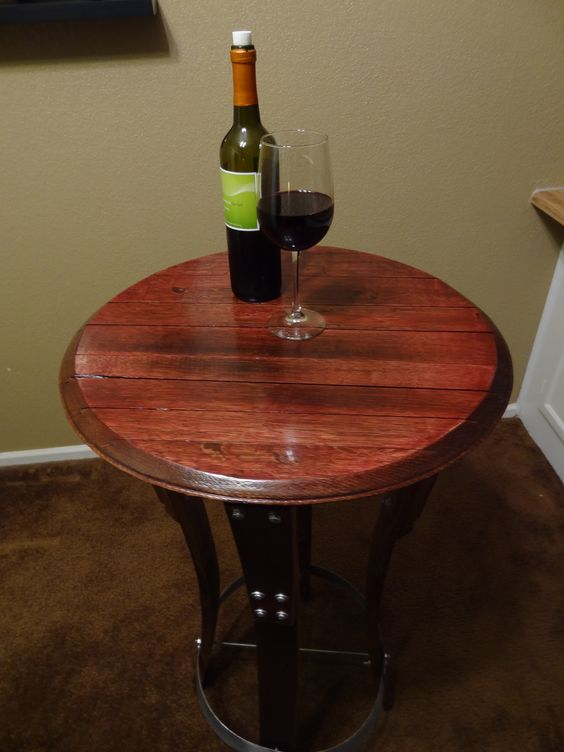 Bar table made out of wine barrel staves and barrel top for Barriles de vino