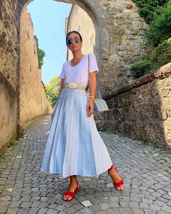 """Silvia Bussade Braz no Instagram: """"Batendo perna com muito conforto por aqui 😎 Amo trazer peças de tricot nas minhas viagens: não amassam e são lindas! A saia é…"""""""